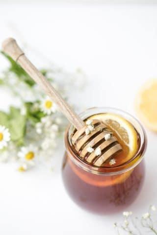 Licue todos los ingredientes y tome dos cucharadas de este jarabe durante todo el día, según lo necesite